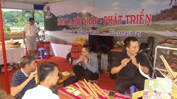 越老贸易与旅游展在山罗省木州县正式开展 hinh anh 1