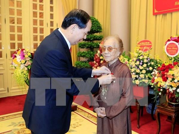 陈大光向前国家副主席阮氏萍颁发70年党龄纪念章 hinh anh 1