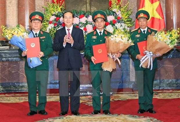 国家主席陈大光向三位晋升军衔的军官颁发决定 hinh anh 1