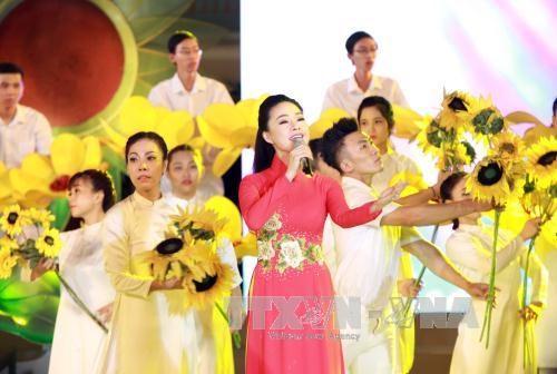 """庆祝国庆 """"国旗颜色永在心中""""文艺晚会在胡志明市举行 hinh anh 3"""