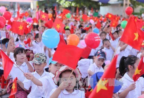越南全国近2000万名学生和大学生进入2017—2018新学年 hinh anh 1