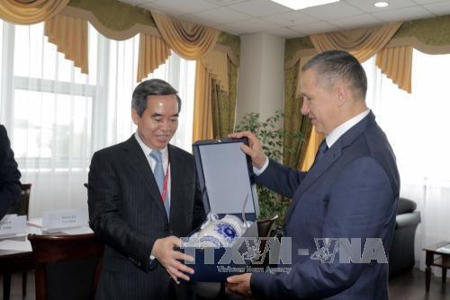 越共中央经济部部长阮文平访问俄罗斯远东地区 hinh anh 1