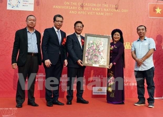 越中文化交流绘画展在中国举行 hinh anh 1