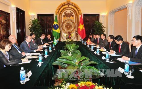 越南政府副总理兼外交部长范平明与巴西外交部长举行会谈 hinh anh 1