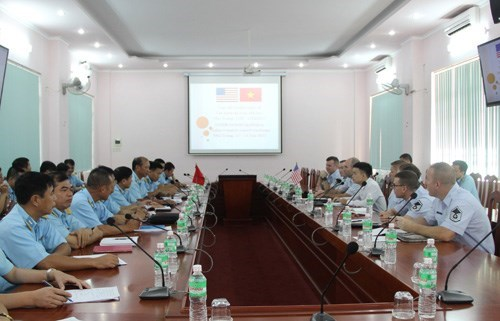 越南与美国空军分享机场安全运行的经验 hinh anh 1