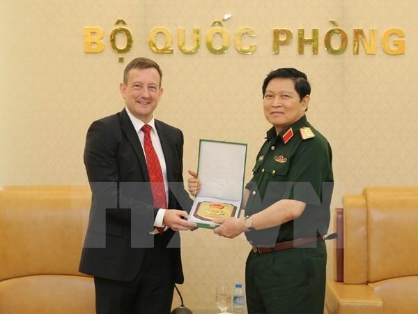 国防部部长吴春历会见法国驻越大使洛尔拉里 hinh anh 1