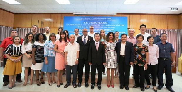 """越南授予古巴驻越大使""""致力于各民族和平与友谊""""纪念章 hinh anh 2"""