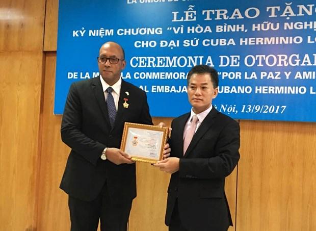 """越南授予古巴驻越大使""""致力于各民族和平与友谊""""纪念章 hinh anh 1"""