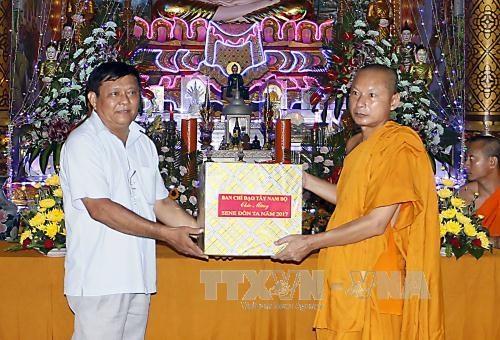 西南部地区事务指导委员会组团祝贺高棉族报孝节 hinh anh 1