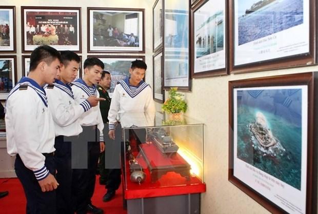 """""""黄沙和长沙归属越南:历史证据和法律依据"""" 资料图片展在乂安省举行 hinh anh 1"""