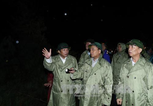 阮春福总理赴广平省指导台风灾后重建工作 hinh anh 2