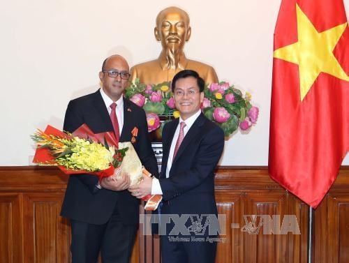 越南向古巴驻越大使授予友谊勋章 hinh anh 1