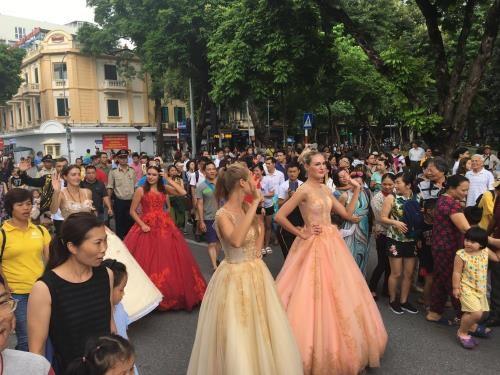 首次国际狂欢节在河内市步行街区热闹登场 hinh anh 3