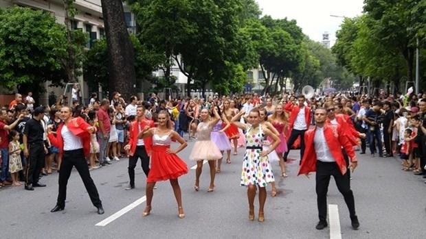 首次国际狂欢节在河内市步行街区热闹登场 hinh anh 1