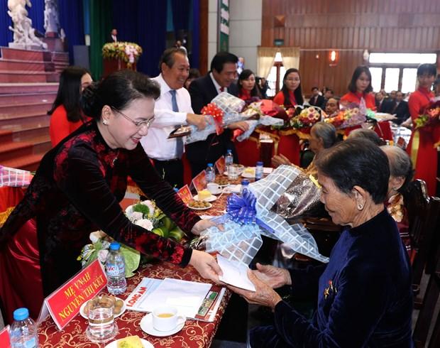 国会主席阮氏金银出席隆安省一级独立勋章授勋仪式 hinh anh 2