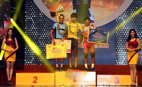 2017年VTV-莲花钢板杯国际公路自行车赛:越美协会英文教育自行车队夺冠 hinh anh 1
