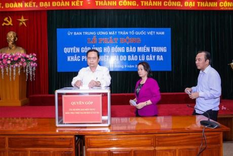 越南祖国阵线中央委员会为中部灾区灾民举行募捐活动 hinh anh 1