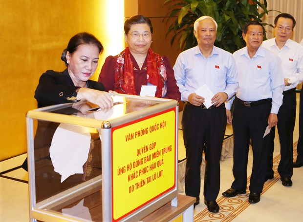 党和国会领导向第十号台风受灾民众捐款 hinh anh 2