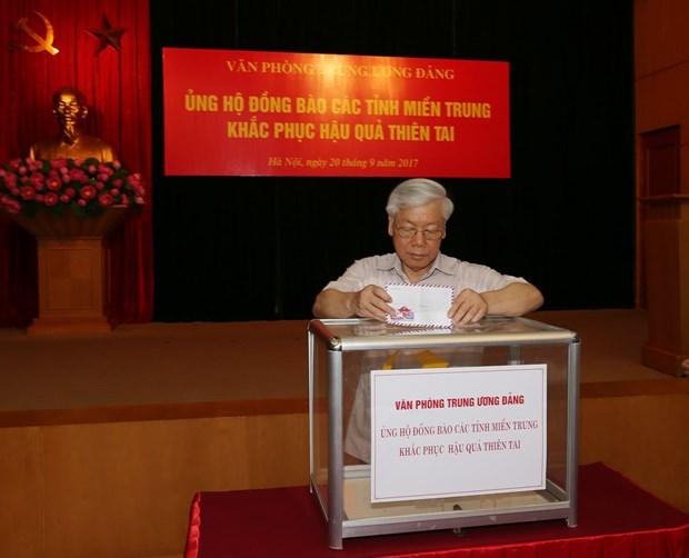 党和国会领导向第十号台风受灾民众捐款 hinh anh 1