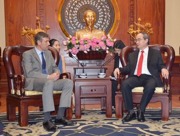 胡志明市市委书记阮善仁会见英国驻越大使贾尔斯·莱韦 hinh anh 1