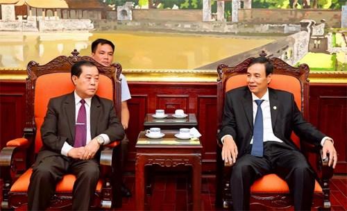河内市与老挝万象市进一步促进团结 加深感情 hinh anh 1