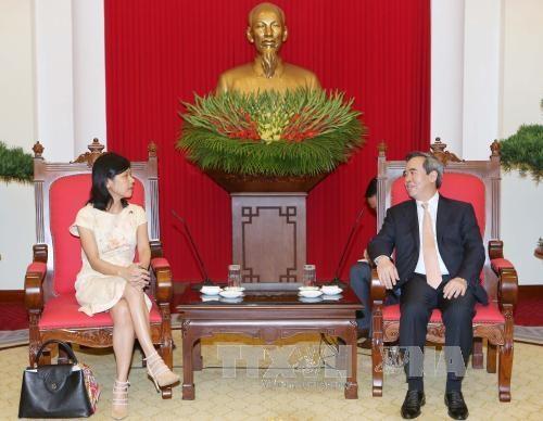 越共中央经济部长阮文平会见加拿大和法国驻越大使 hinh anh 1