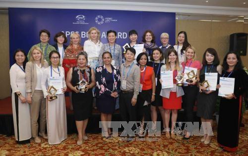 """2017年 """"杰出女性中小企业奖""""落幕 越南女企业家获得两个奖项 hinh anh 1"""