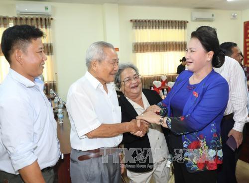 国会主席阮氏金银与芹苴市选民接触 hinh anh 1