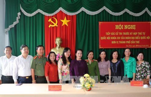 越南国会主席阮氏金银与芹苴市丰田县选民接触 hinh anh 1