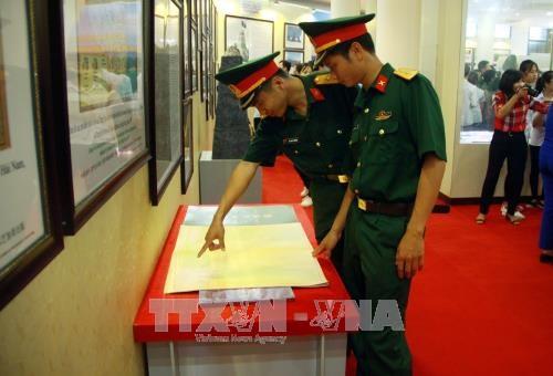 """""""黄沙与长沙归属越南——历史证据和法律依据""""资料地图展在宣光省举行 hinh anh 1"""