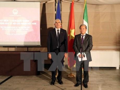 《越南金色沙滩与东海各群岛》一书意大利语版推介会在意大利举行 hinh anh 1