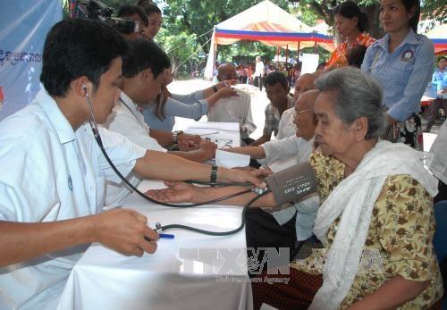 越柬建交50周年:为柬埔寨贫民进行免费体检 hinh anh 1