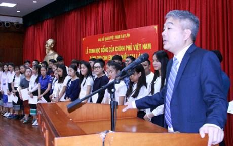 越老建交55周年:越南政府向旅老挝越侨儿女颁发奖学金 hinh anh 1