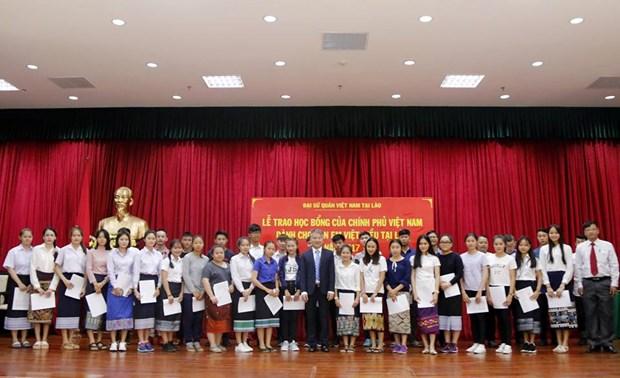越老建交55周年:越南政府向越裔老挝人子女授予40份奖学金 hinh anh 1