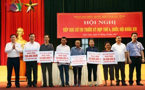 越南政府副总理王廷惠与河静省选民接触 hinh anh 1