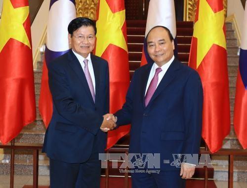 越南政府总理阮春福与老挝总理通伦•西苏里举行会谈 hinh anh 1
