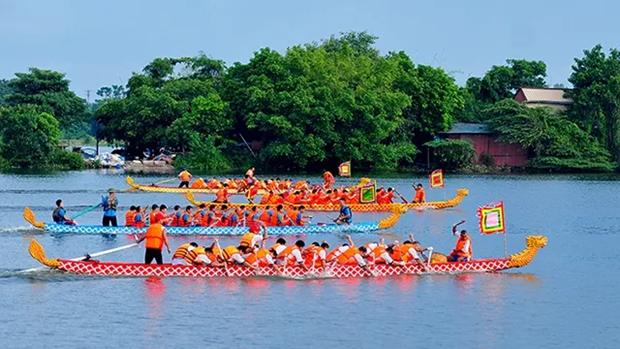 越南河内市安楚坊传统龙舟赛在积水湖热闹开赛 hinh anh 1
