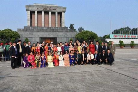 旅居泰国曾担任教师的越侨代表团回国访问 hinh anh 1