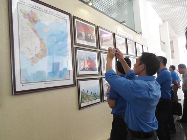 """""""越南的黄沙和长沙——历史证据和法律依据""""图片资料展在老街省举行 hinh anh 1"""