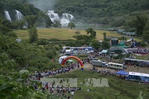 首次高平省板约瀑布旅游节暨天曲和天琴艺术节昨晚开幕 hinh anh 1
