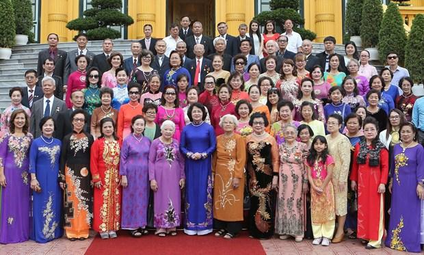 越南国家副主席邓氏玉盛会见旅泰越南老教师代表团 hinh anh 1