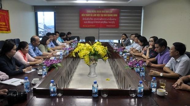 老挝新闻局代表团造访《广宁报》社 hinh anh 1