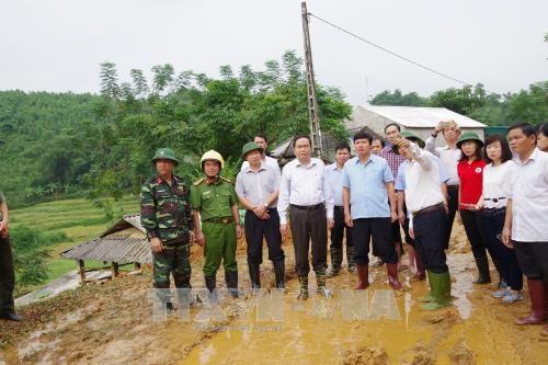 越南祖国阵线中央委员会主席陈青敏向和平省灾民赠送慰问品 hinh anh 1
