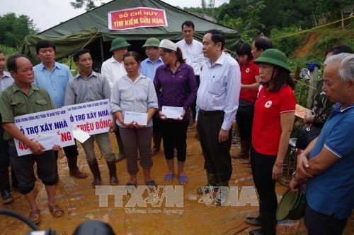 越南祖国阵线中央委员会主席陈青敏向和平省灾民赠送慰问品 hinh anh 2