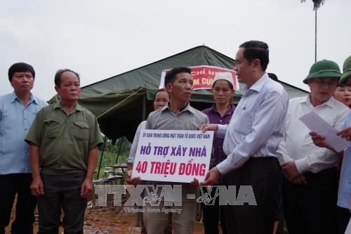 越南祖国阵线中央委员会主席陈青敏向和平省灾民赠送慰问品 hinh anh 3