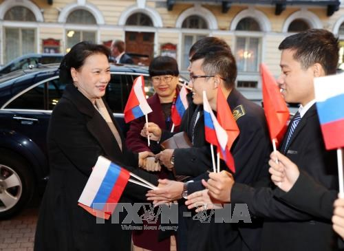 国会主席阮氏金银抵达俄罗斯圣彼得堡 hinh anh 1