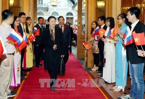 国会主席阮氏金银抵达俄罗斯圣彼得堡 hinh anh 2
