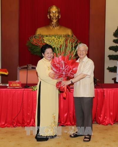 越共中央总书记阮富仲会见优秀农民代表 hinh anh 2