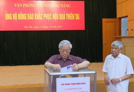 越南党、国家和政府领导人纷纷为各省水灾灾民捐款 hinh anh 1