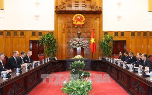 越南政府总理阮春福会见美国众议院外交事务委员会亚太小组委员会主席 hinh anh 2